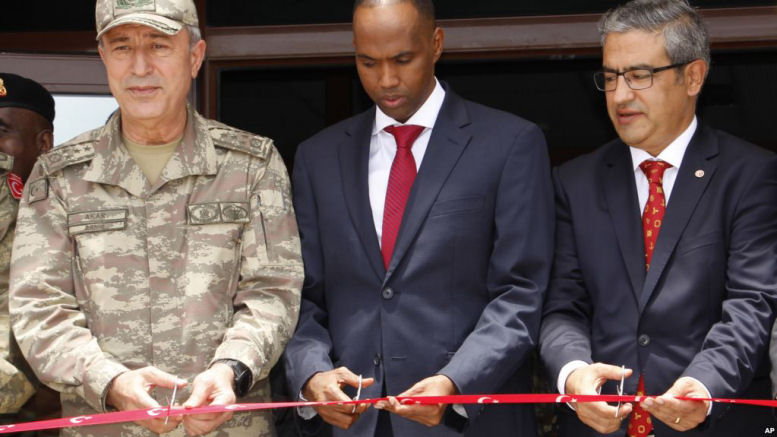 Turkish Chief of Staff General Hulusi Akar, left, Somali prime minister Hassan Ali Khayre, center, and Turkish Ambassador to Somalia Olgan Bekar cut a ribbon to open the Turkey-Somali military training center in Mogadishu, September 30, 2017. (AP)