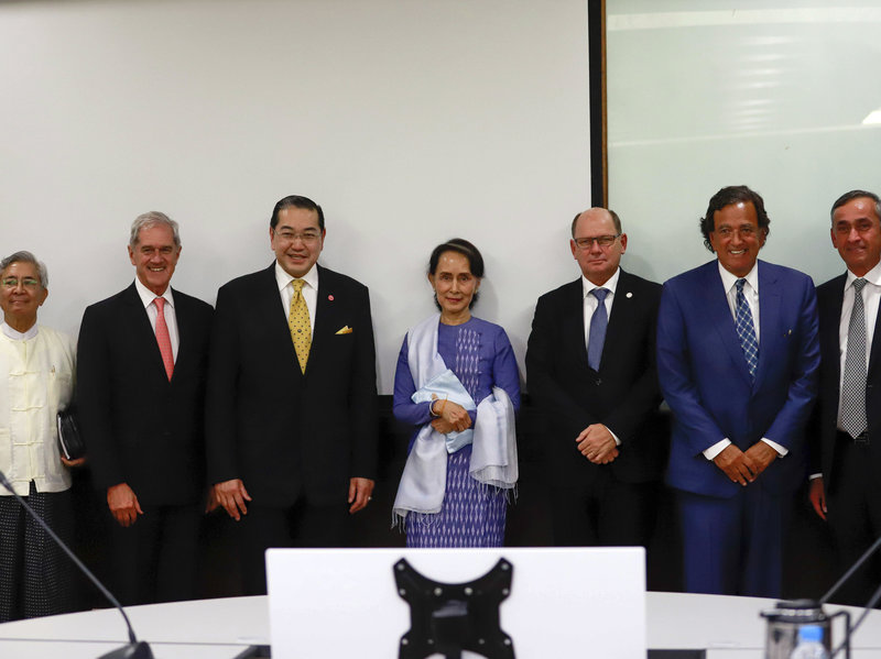 Aung San Suu Kyi (center), poses with Bill Richardson (2nd right) and other members of the Advisory Commission on Rakhine State. (AP)