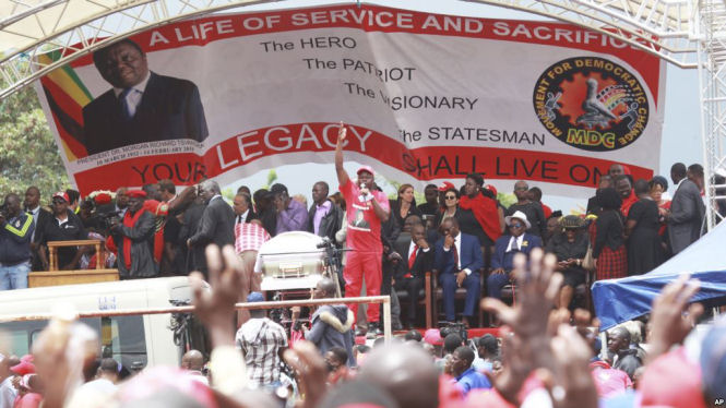 Zimbabwean Movement for Democratic Change supporters gather to pay their last respects during the burial of former leader Morgan Tsvangirai in Buhera, Zimbabwe, about 200 kilometers southeast of Harare, February 20, 2018. (AP)