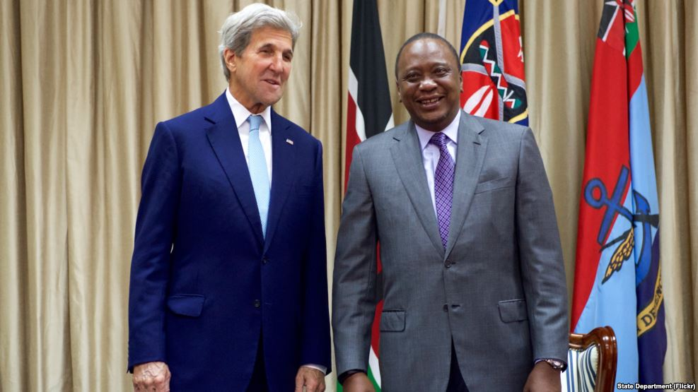U.S. Secretary of State John Kerry stands with Kenyan President Uhuru Kenyatta before a bilateral meeting, at State House in Nairobi, Kenya, August 22, 2016. (Photo/State Department)