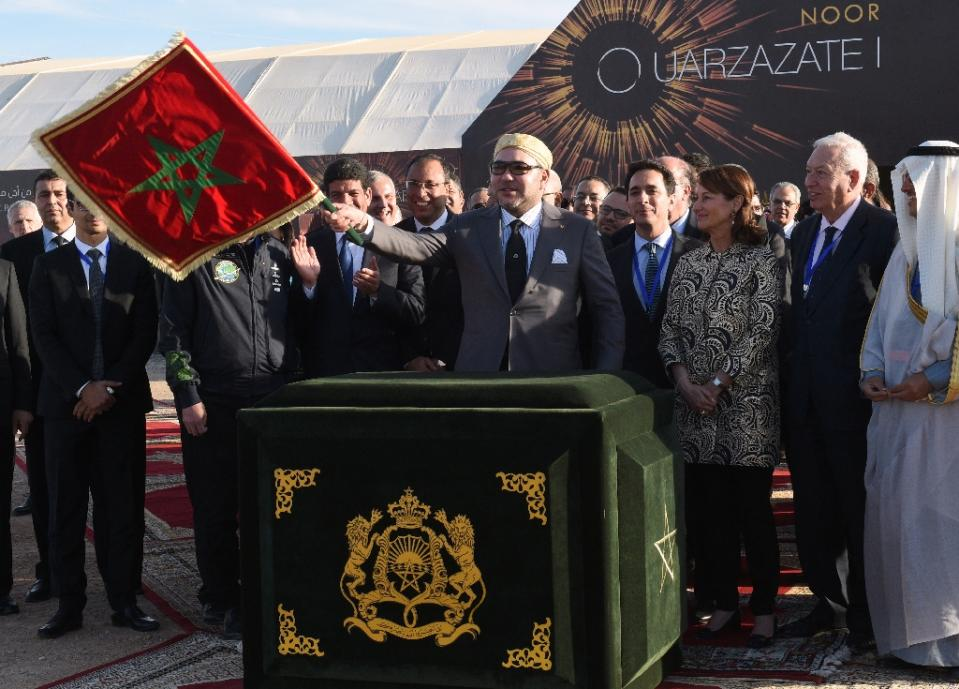 Moroccan King Mohammed VI (C) waves the Moroccan flag as he inaugurates the Noor 1 Concentrated Solar Power plant, some 20 kilometres (12.5 miles) outside the central Moroccan town of Ouarzazate on February 4, 2016 (Photo/AFP//Fadel Senna)