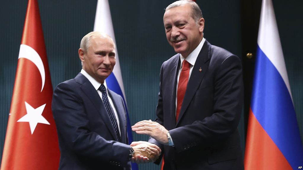 Turkey's President Recep Tayyip Erdogan, right, and Russian President Vladimir Putin shake hands after a joint news conference in Ankara, Turkey, September 28, 2017.(AP)