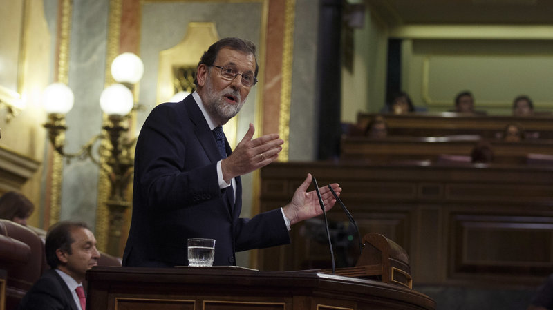 Spain's Prime Minister Mariano Rajoy gestures as he delivers a statement at the Moncloa Palace in Madrid, October 11, 2017. (Getty Images/Pablo Blazquez Dominguez)
