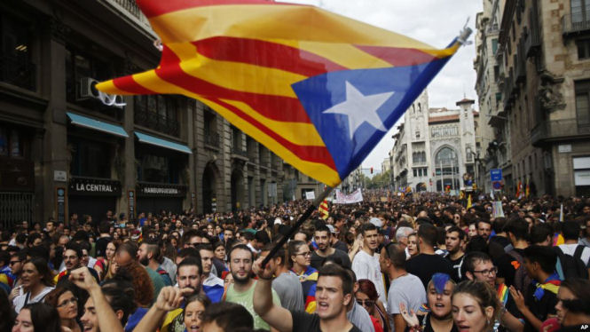 Demonstrators with estelada, or Catalonia independent flag, gather in protest in front of the Spanish police station in Barcelona, Spain, October 3, 2017.(AP)