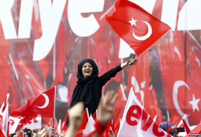 Supporters of Turkish President Tayyip Erdogan wave national flags during a rally for the upcoming referendum in Turkey, April 14, 2017.Reuters)