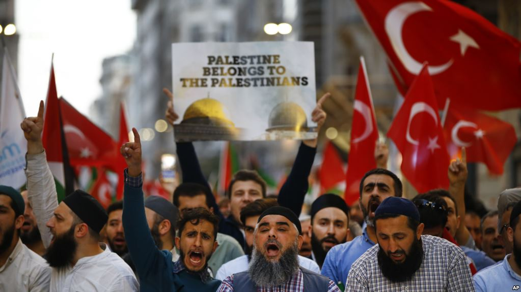 Protesters, some holding Turkish flags, chant slogans during a demonstration in Istanbul against the move of the U.S. embassy from Tel Aviv to Jerusalem, May 14, 2018. (AP)