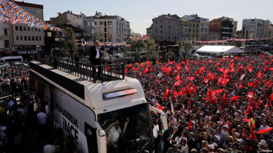 Muharrem Ince, presidential candidate of the main opposition Republican People's Party (CHP), addresses his supporters during an election rally in Istanbul, Turkey, June 3, 2018. (Reuters)