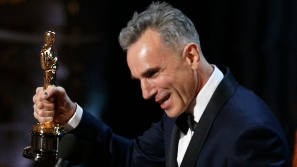 Daniel Day-Lewis accepts the Oscar for best actor February 24, 2013 Hollywood. (REUTERS/Mario Anzuoni)