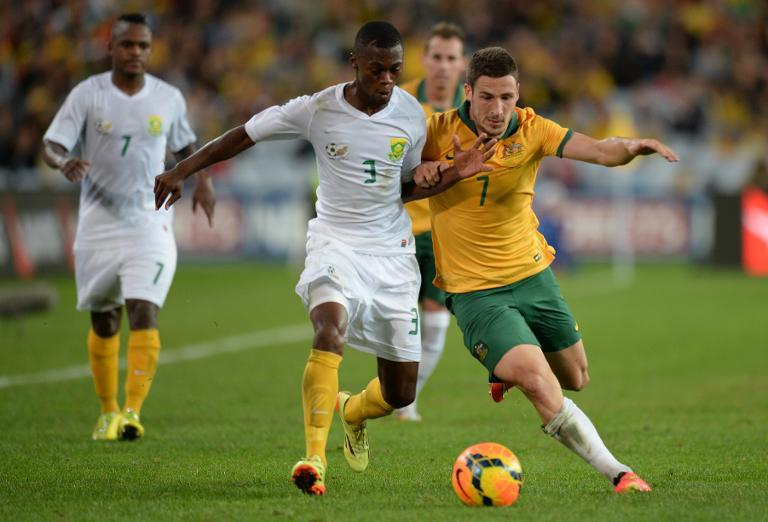 Australia's Matthew Leckie (R) Thato Mokeke of South Africa during their friendly match in Sydney on May 26, 2014 (AFP/Peter Parks)