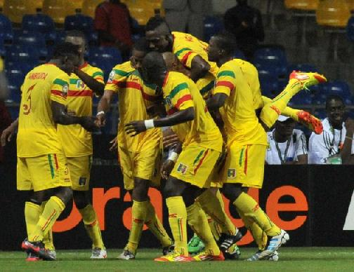 Mali's midfielder Seydou Keita (3rd L) is congratulated by teammates after scoring a goal against Botswana at the stade de l'Amitie in Libreville during an Africa Cup of Nations group D football match. Mali won 2-1. (AFP Photo/Issouf Sanogo)