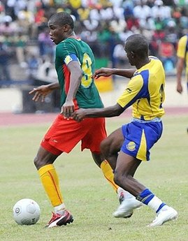 Cameroon's Samuel Eto'o (L) duels for the ball with Gabonese Rodrigue Moundounga (R) in Libreville during their FIFA 2010 World Cup and African Cup qualification football match. Cameroon scored twice within four minutes to defeat Gabon 2-0 in Libreville Saturday and revive their hopes of qualifying for the 2010 World Cup in South Africa. (AFP/Wils Yanick Maniengui)